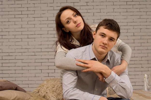 Jovem casal apaixonado em um abraço íntimo