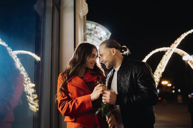 Jovem casal apaixonado em um encontro romântico à noite