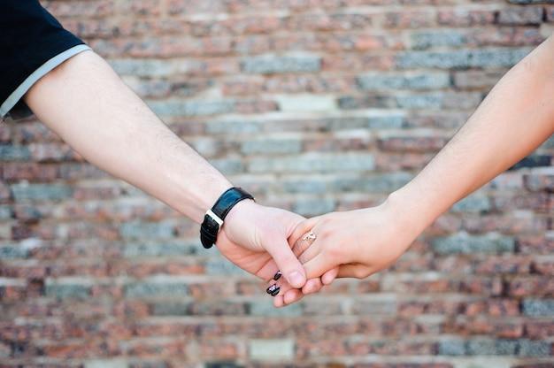 Jovem casal apaixonado em um parque