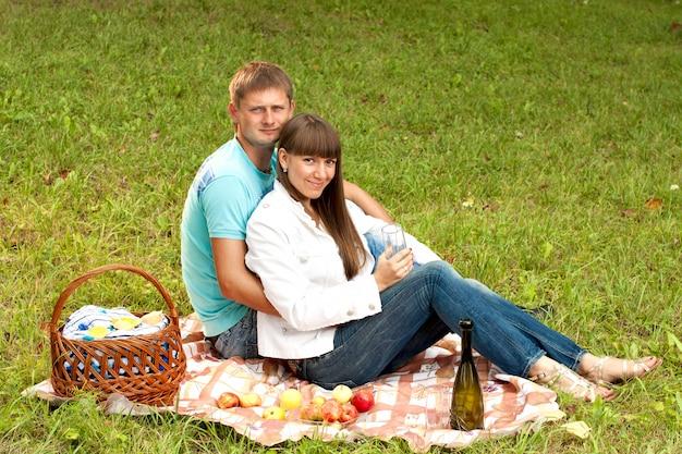 Jovem casal apaixonado em um piquenique romântico