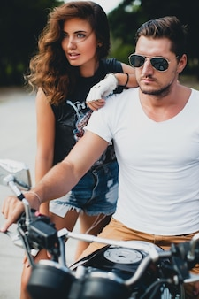 Jovem casal apaixonado em uma motocicleta