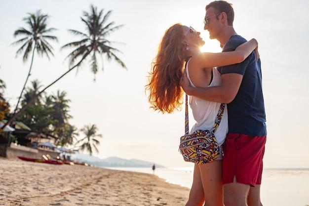 Jovem casal apaixonado feliz na praia de verão juntos se divertindo