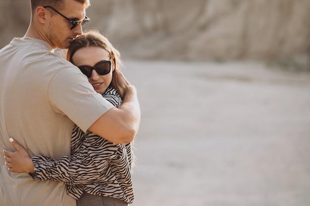 Jovem casal apaixonado juntos na pedreira