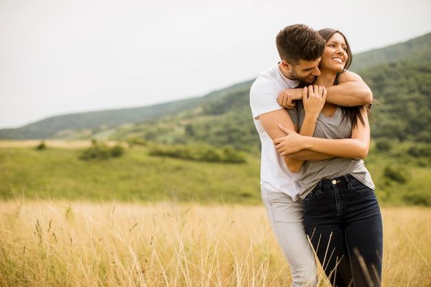 Jovem casal apaixonado lá fora na natureza da primavera