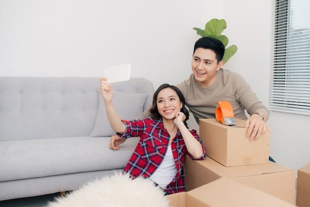 Jovem casal apaixonado, mudando-se para uma casa nova. conceito de casa e família.