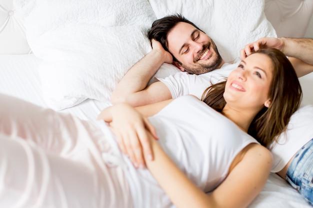 Jovem casal apaixonado na cama