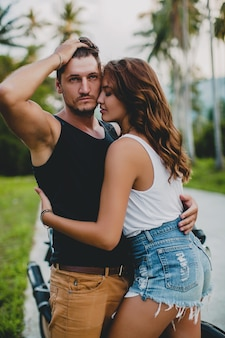 Jovem casal apaixonado na estrada