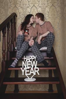 Jovem casal apaixonado na manhã de natal
