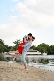 Jovem casal apaixonado na praia de verão