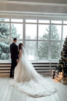 Jovem casal apaixonado no dia do casamento
