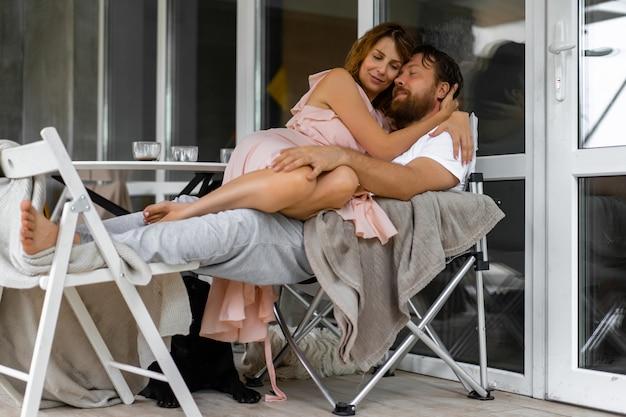 Jovem casal apaixonado no terraço da sua casa.
