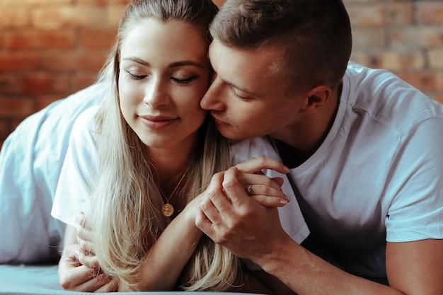 Jovem casal apaixonado, passando um tempo juntos. mulher bonita e homem bonito tendo momentos íntimos em casa