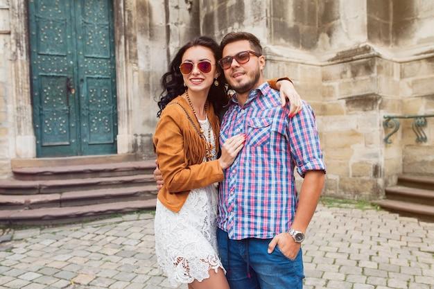 Jovem casal apaixonado posando na cidade velha