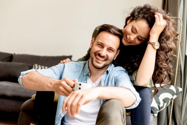 Jovem casal apaixonado relaxante no quarto
