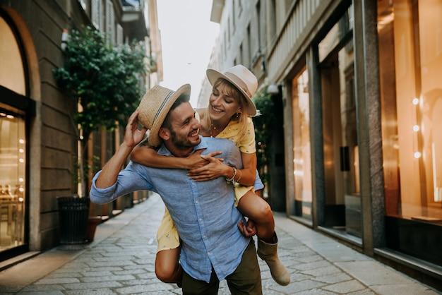 Jovem casal apaixonado se divertindo caminhando pela cidade