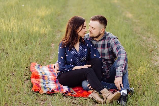 Jovem casal apaixonado se divertindo e apreciando a bela natureza