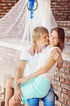Jovem casal apaixonado, se divertindo e bebendo champanhe na praia.