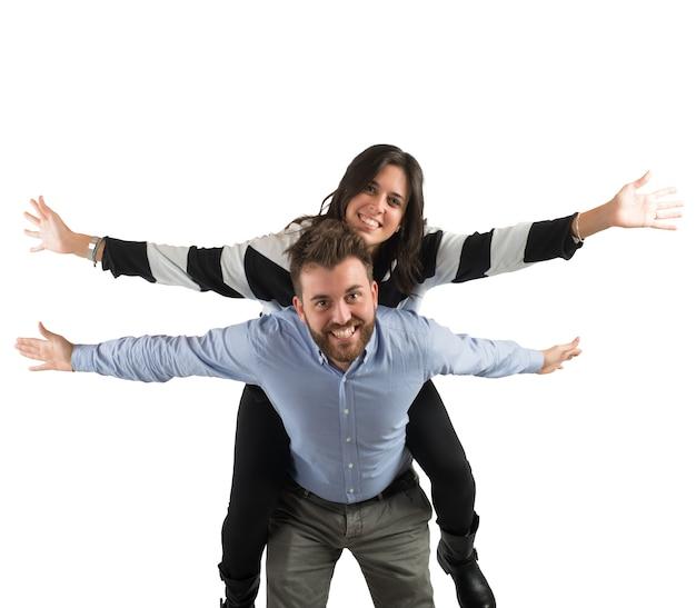 Jovem casal apaixonado se divertindo juntos
