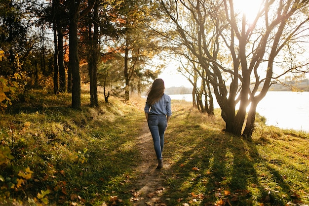 Jovem casal apaixonado. uma história de amor no parque florestal de outono