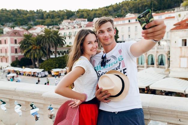 Jovem casal apaixonado viajando em lua de mel romântica