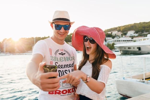 Jovem casal apaixonado, viajando em uma romântica lua de mel na grécia e na croácia