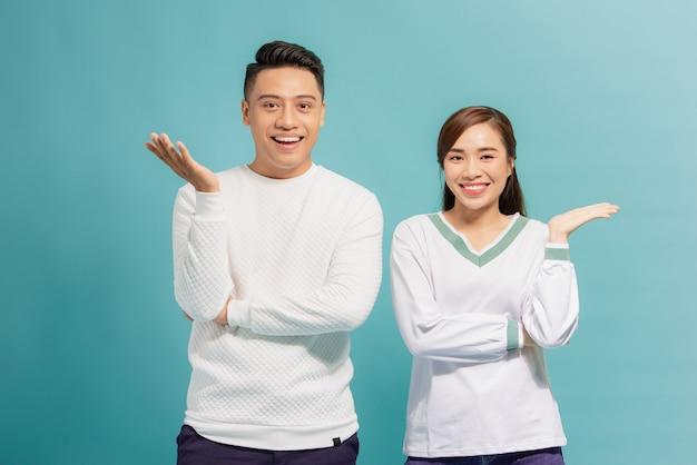 Jovem casal apresentando algo