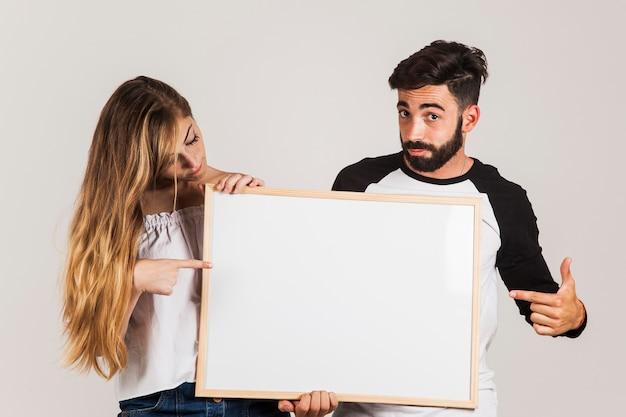 Jovem casal apresentando quadro