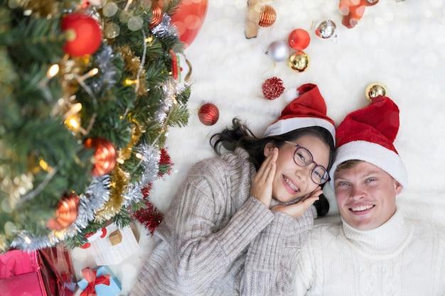 Jovem casal aproveitando para o natal ou ano novo em casa.