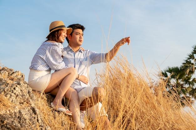 Jovem casal asiático apaixonado e feliz se divertindo