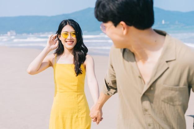 Jovem casal asiático aproveitando as férias de verão na praia