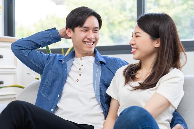 Jovem casal asiático conversando alegremente