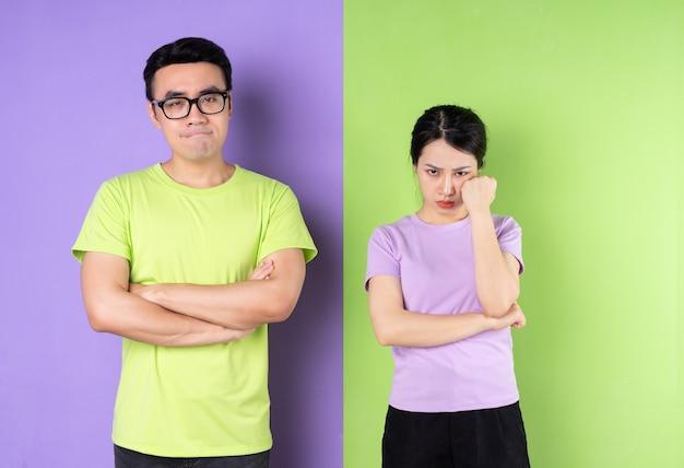 Jovem casal asiático de mau humor
