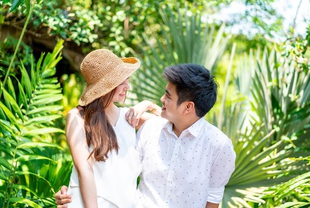 Jovem casal asiático feliz apaixonado por um sorriso