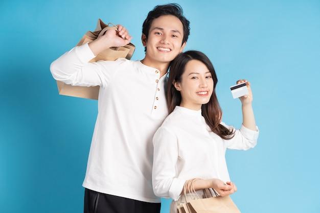 Jovem casal asiático feliz indo às compras