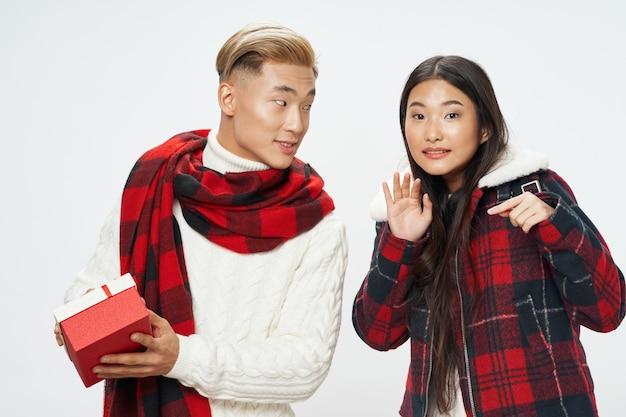 Jovem casal asiático presente surpresa feriado natal