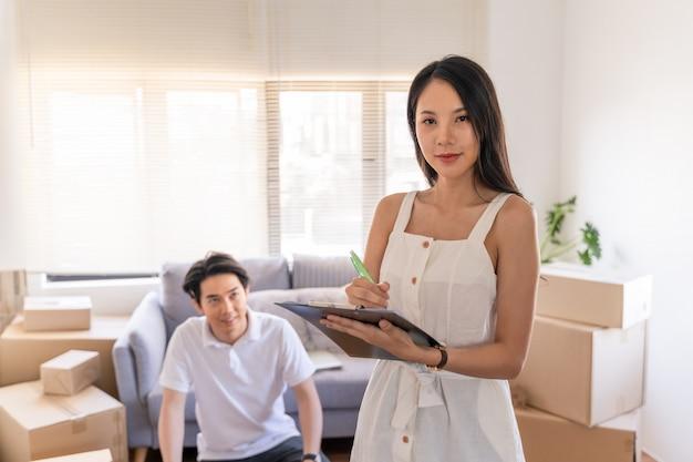 Jovem casal asiático se mudar para um novo lar