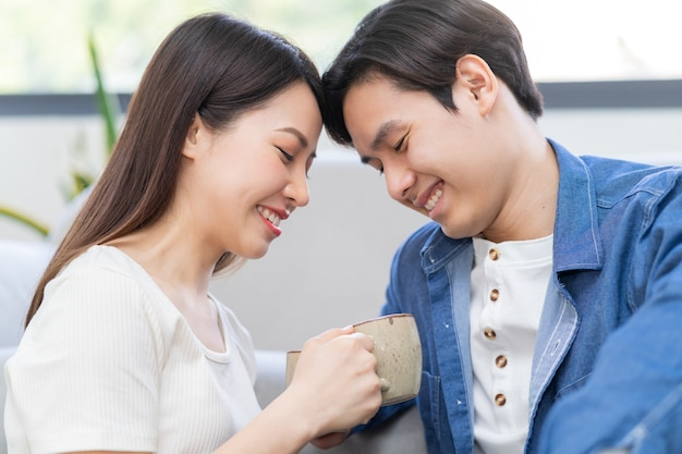 Jovem casal asiático tomando chá juntos