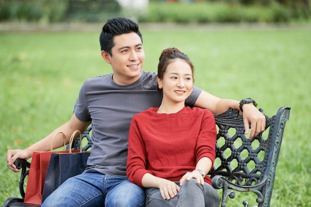 Jovem casal asiático