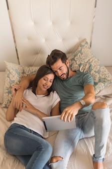 Jovem casal assistindo vídeo no tablet