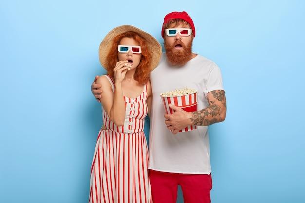 Jovem casal assustado vem em um show noturno no cinema, escolhe a melhor maneira de passar o tempo livre