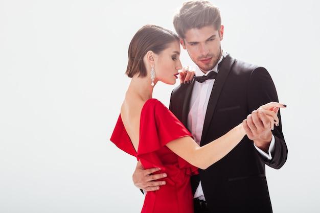 Jovem casal atraente apaixonado. dançando.