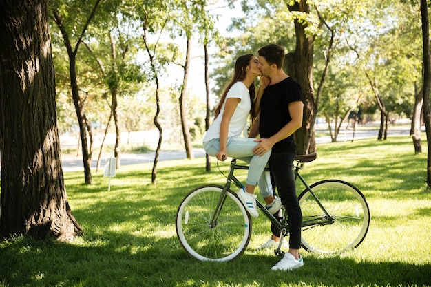 Jovem casal atraente beijando