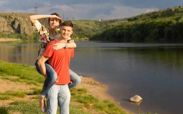 Jovem casal atraente em um lago panorâmico na montanha
