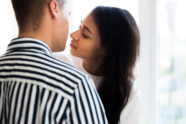Jovem casal atraente flertando e beijando