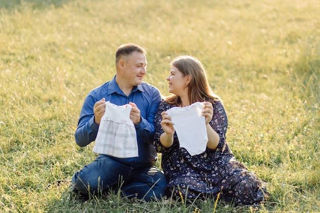 Jovem casal atraente, mãe grávida e pai feliz