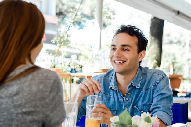 Jovem casal atraente na data na cafeteria