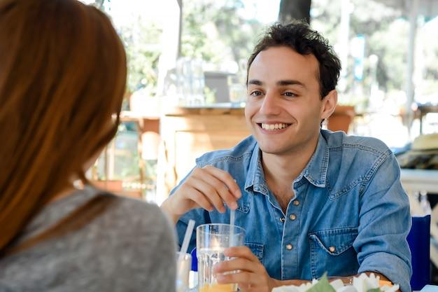 Jovem casal atraente no encontro na cafeteria