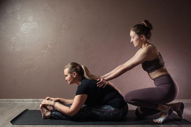 Jovem casal atraente praticando ioga usando roupas esportivas