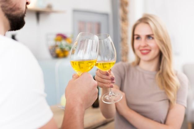 Jovem casal bebendo juntos formam óculos
