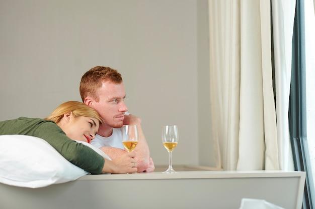 Jovem casal bebendo vinho
